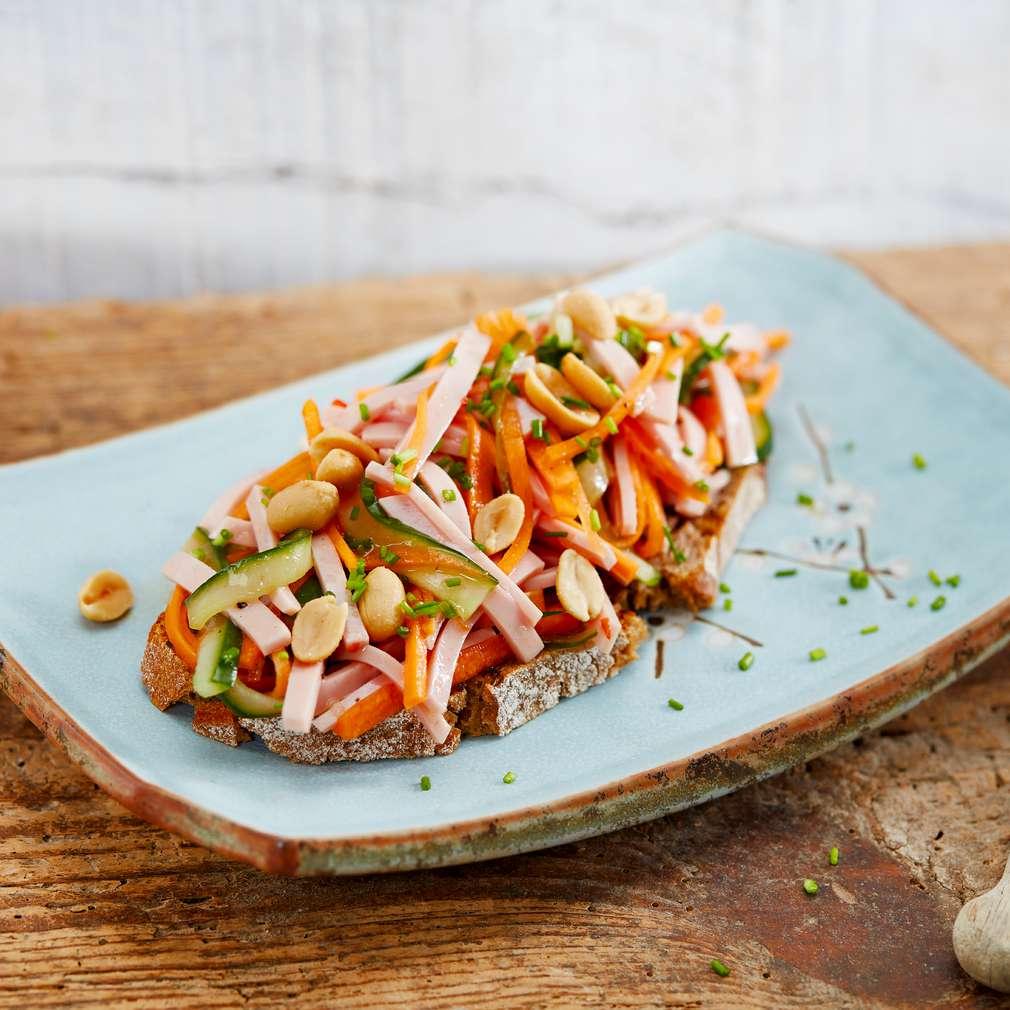 Abbildung des Rezepts Asiatischer-Wurstsalat auf Bauernbrot