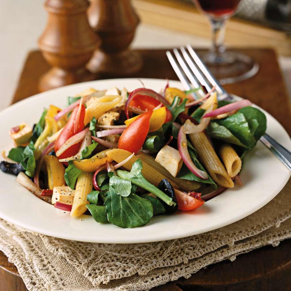 Salată de paste cu rucola, roșii și cașcaval afumat