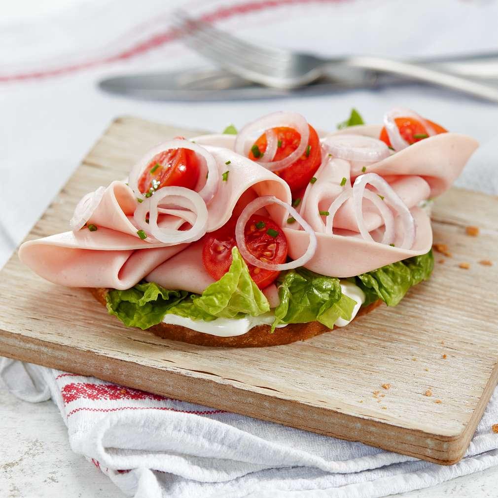 Abbildung des Rezepts Salat mit Geflügelmortadella auf Krustenbrot