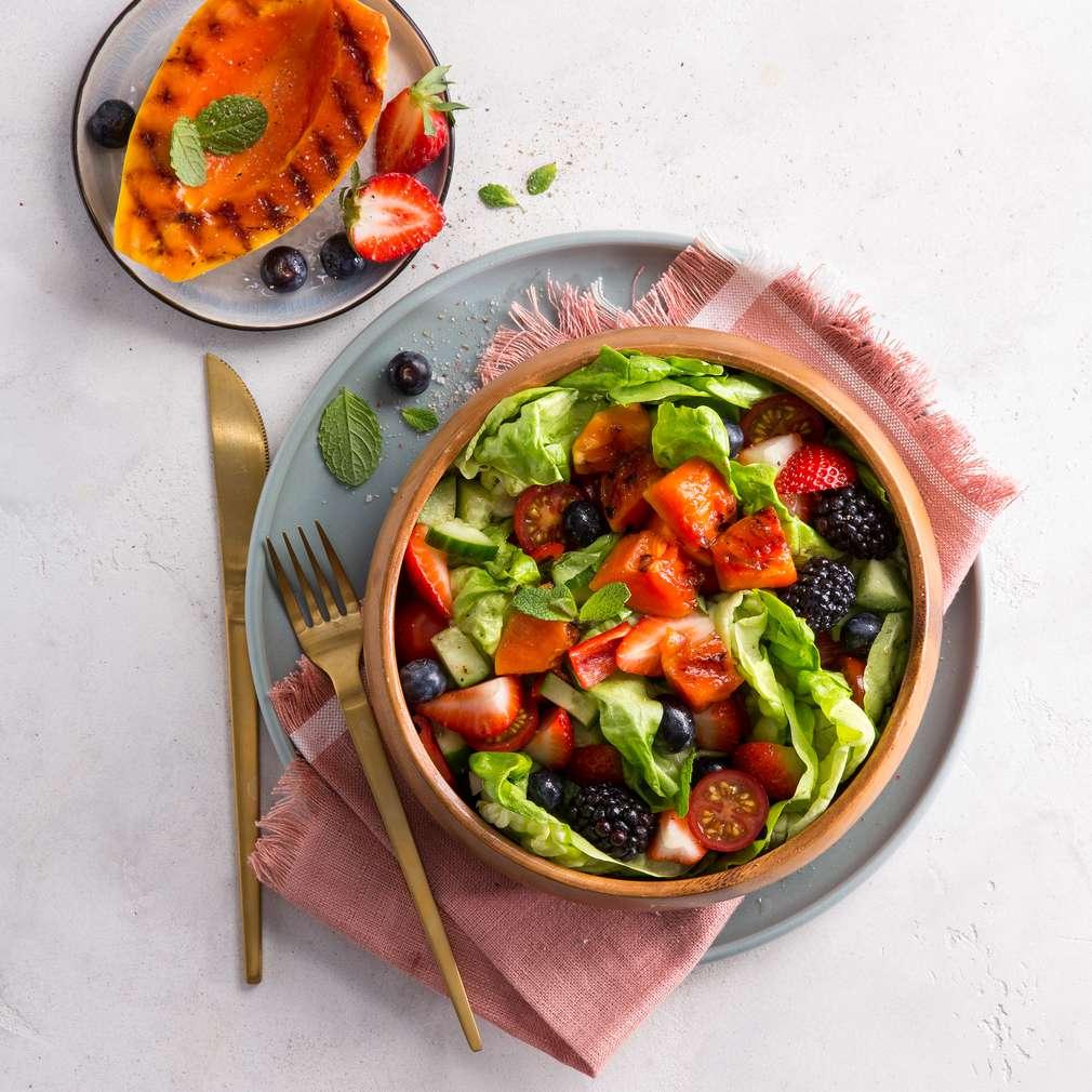 Abbildung des Rezepts Bunter Salat mit gegrillter Papaya und frischen Beeren