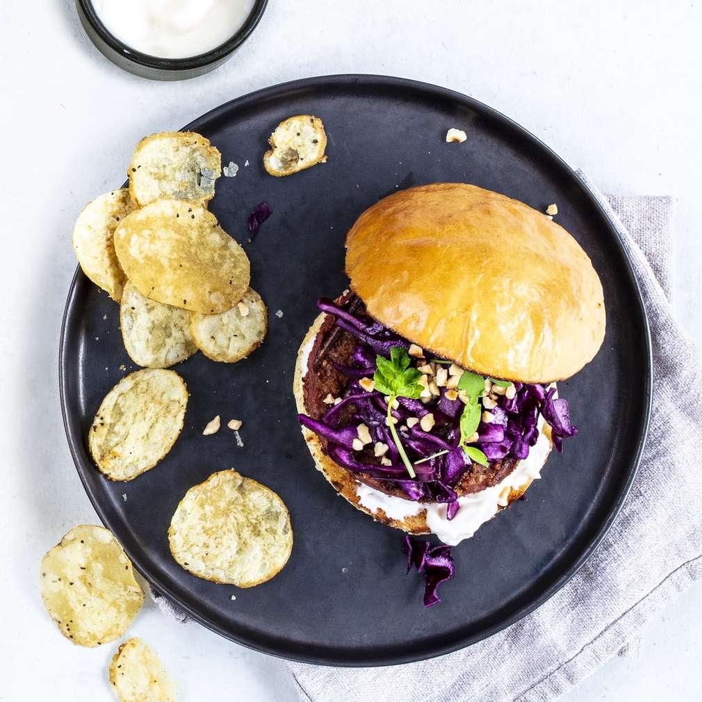 Beyond Burger cu varză roșie, alune și chipsuri de cartofi