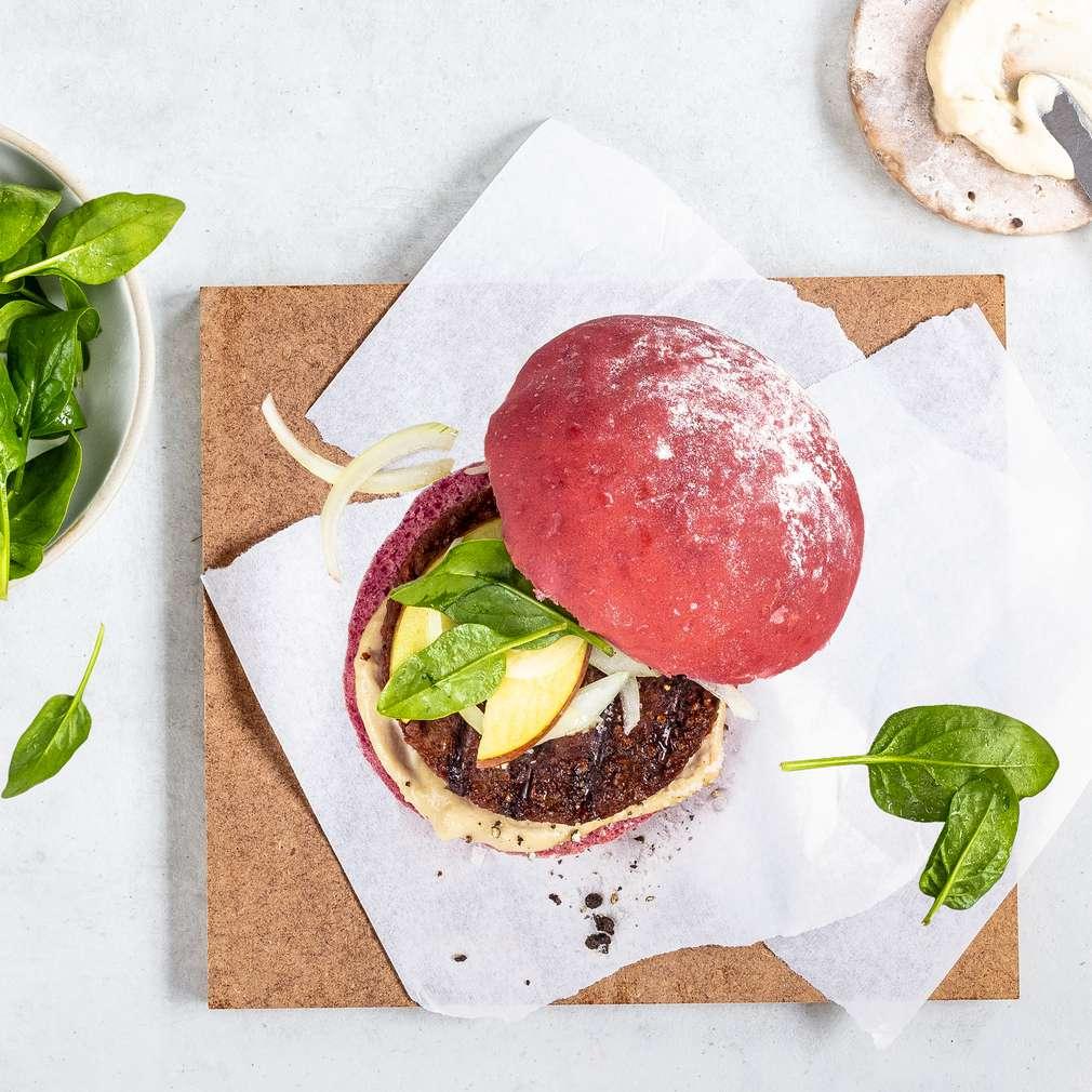 Imaginea rețetei Beyond Burger cu sfeclă roșie, măr și sos de alune caju