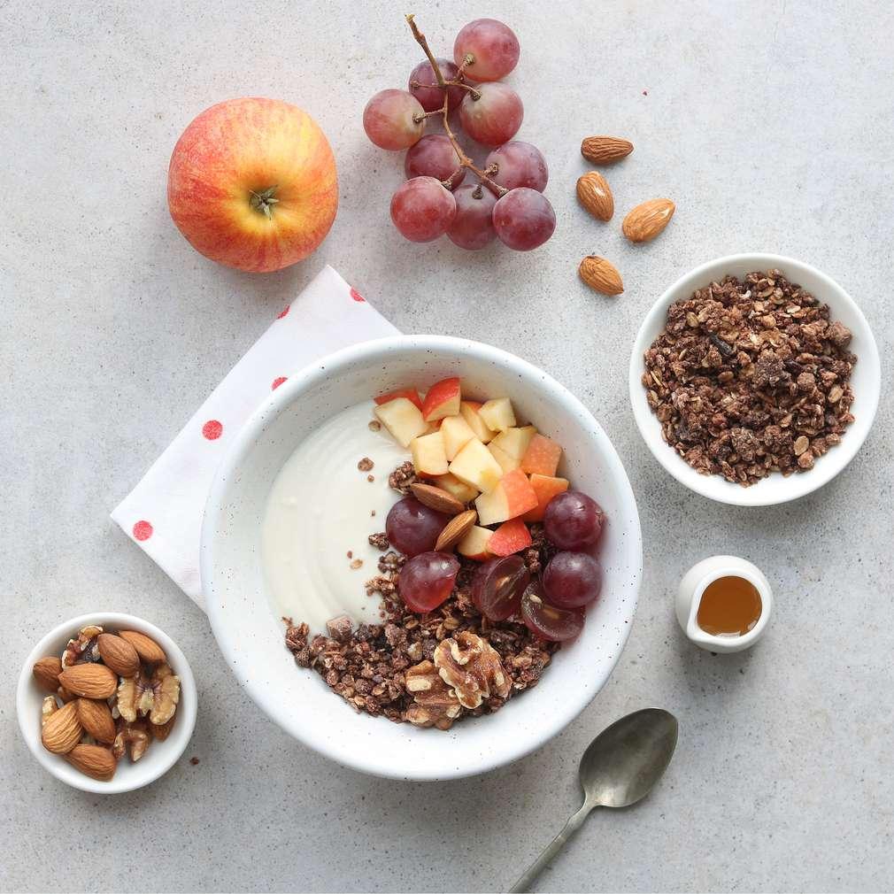 Zobrazit Jogurtová miska s müsli, ovocem a ořechy receptů