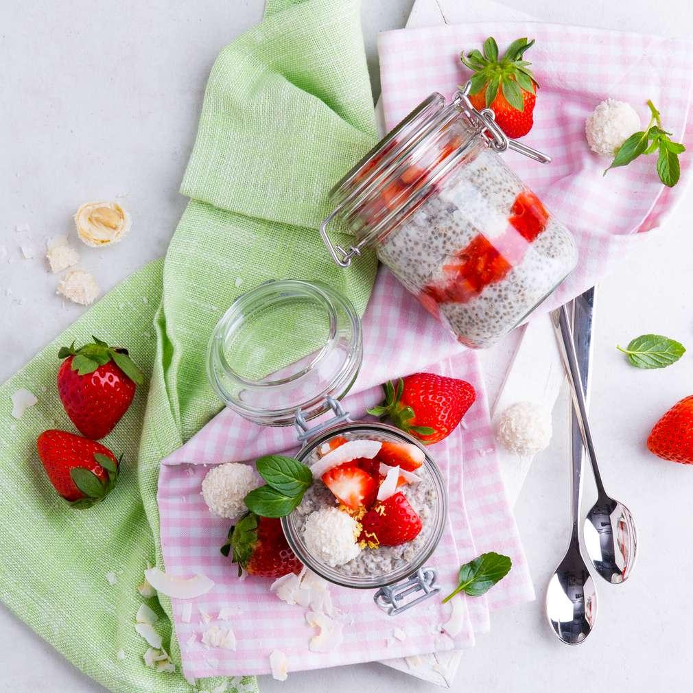 Abbildung des Rezepts Chia-Pudding mit Kokos und Erdbeeren