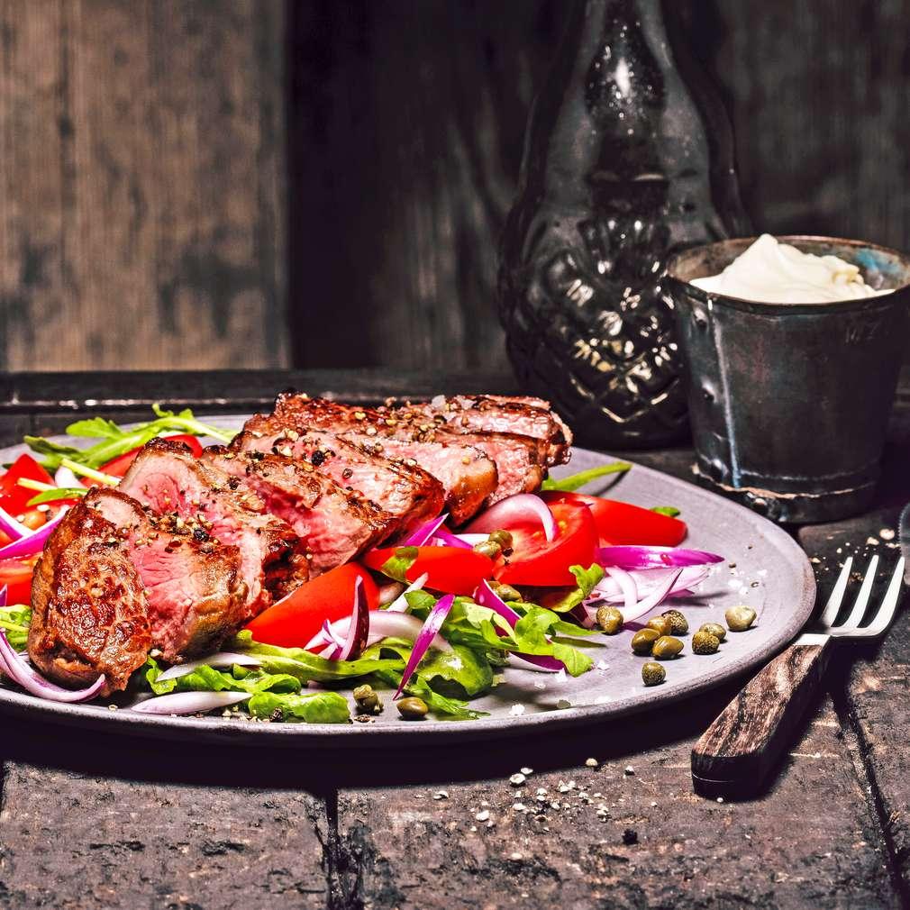 Abbildung des Rezepts Tagliata vom Rumpsteak mit Aioli und Tomaten-Rucola-Salat
