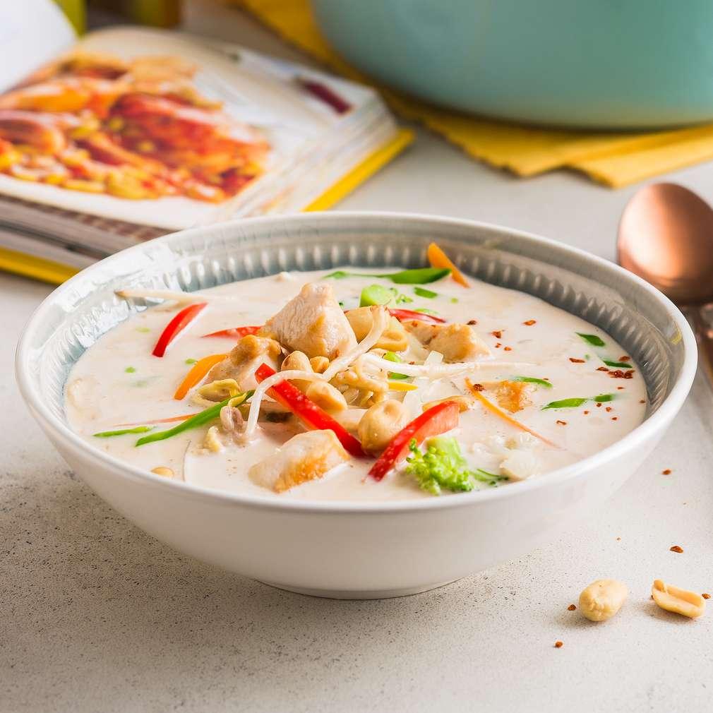 Supă de pui cu lapte de cocos și unt de arahide