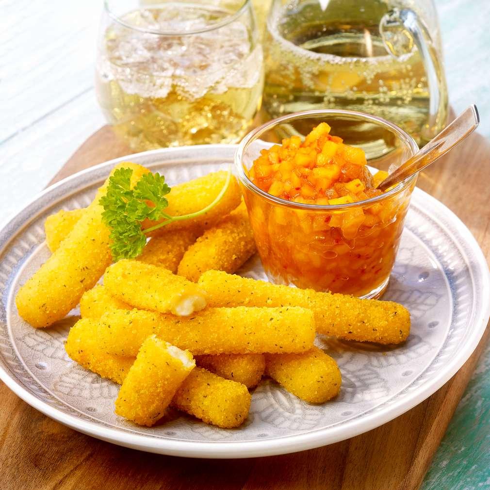 Abbildung des Rezepts Mozzarellasticks mit Mango-Aprikosen-Dip