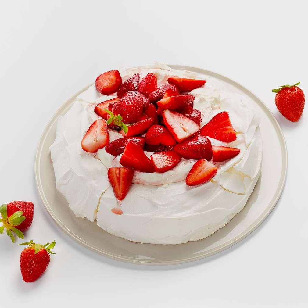 Abbildung des Rezepts Pavlova mit marinierten Erdbeeren