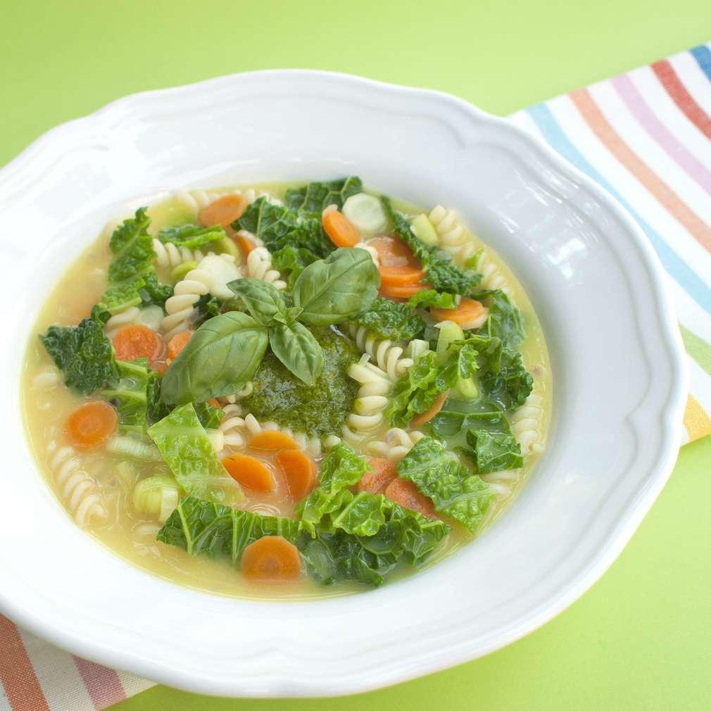 Zobrazit Zeleninová polévka s těstovinami a bazalkovým pestem receptů