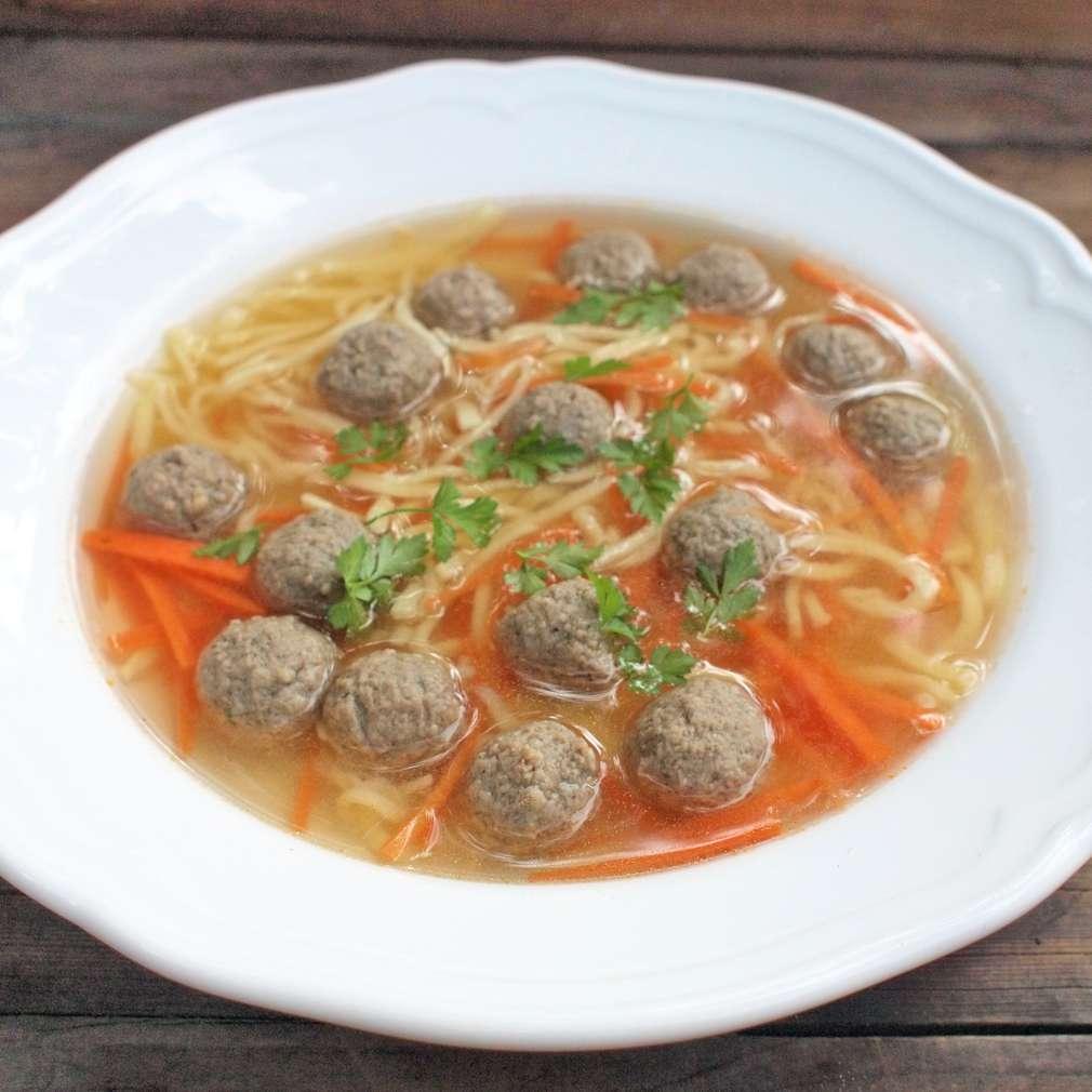 Zobrazit Hovězí polévka s játrovými knedlíčky receptů