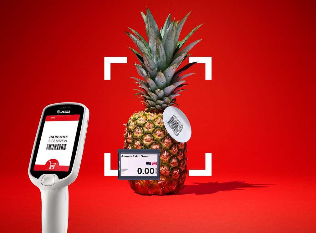 Eine Ananas wird mit einem Handscanner eingescannt