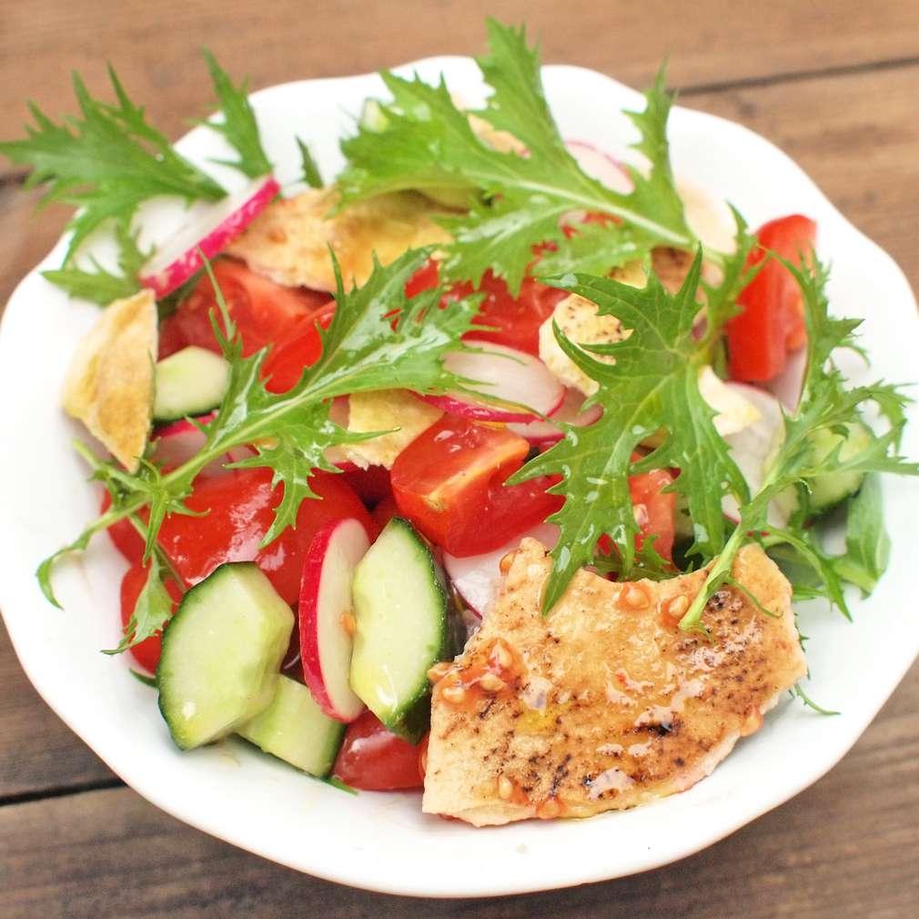Zobrazit Letní salát s grilovanou pitou receptů