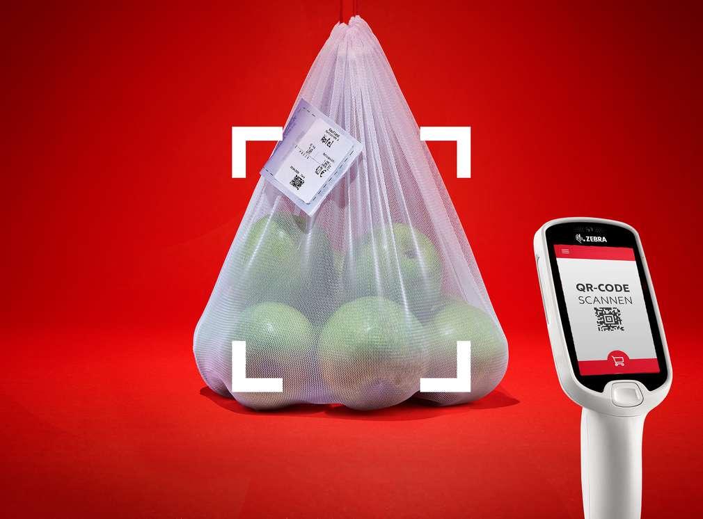 Mehrere Äpfel in einer Tüte und dem Handscanner
