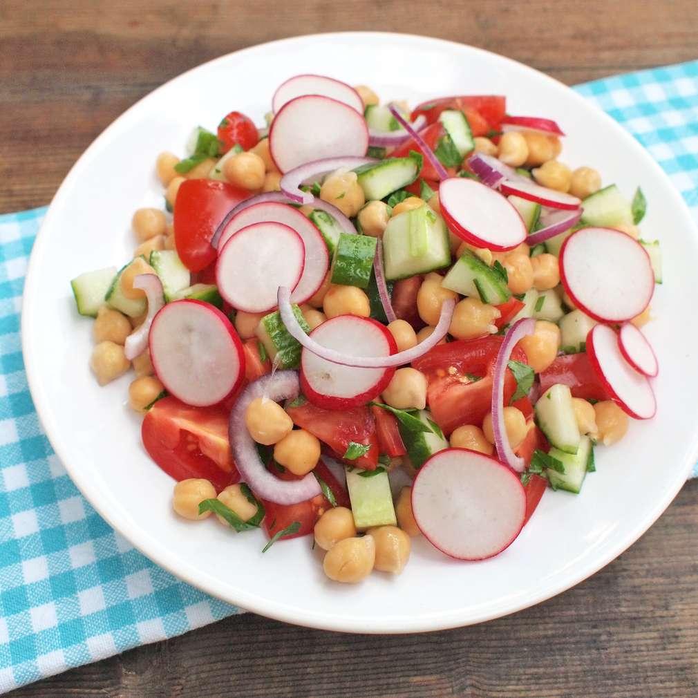Zobrazit Cizrnový salát s rajčaty a petrželkou receptů
