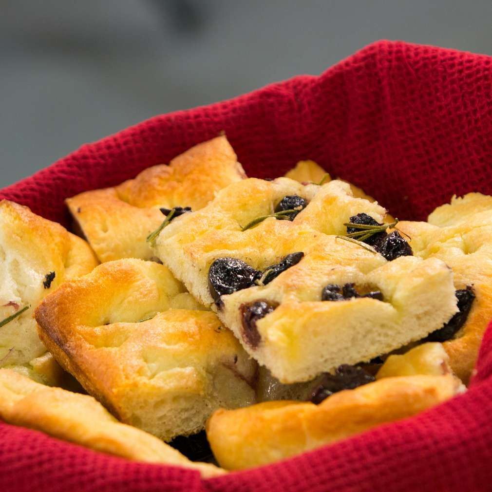 Изобразяване на рецептата Фокача с маслини и розмарин