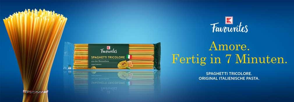 Produktabbildung: K-Favourites Spaghetti Tricolore; Logo: K-Favourites; Schriftzug: Amore. Fertig in 7 Minuten. Spaghetti Tricolore. Original Italienische Pasta.