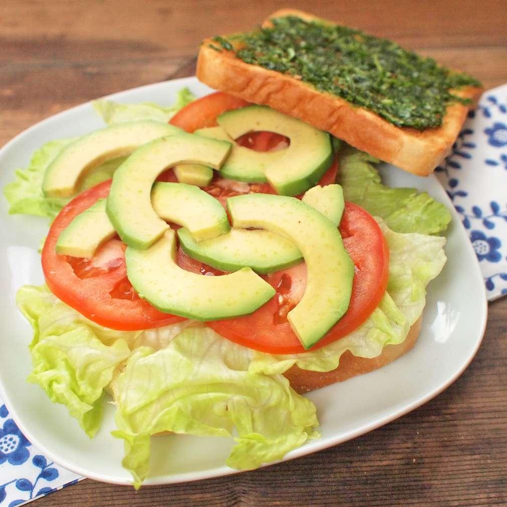 Zobrazit Rychlý sendvič s avokádem a rajčaty receptů