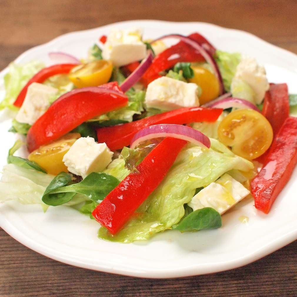Zobrazit Listový salát s pečenou paprikou a sýrem receptů