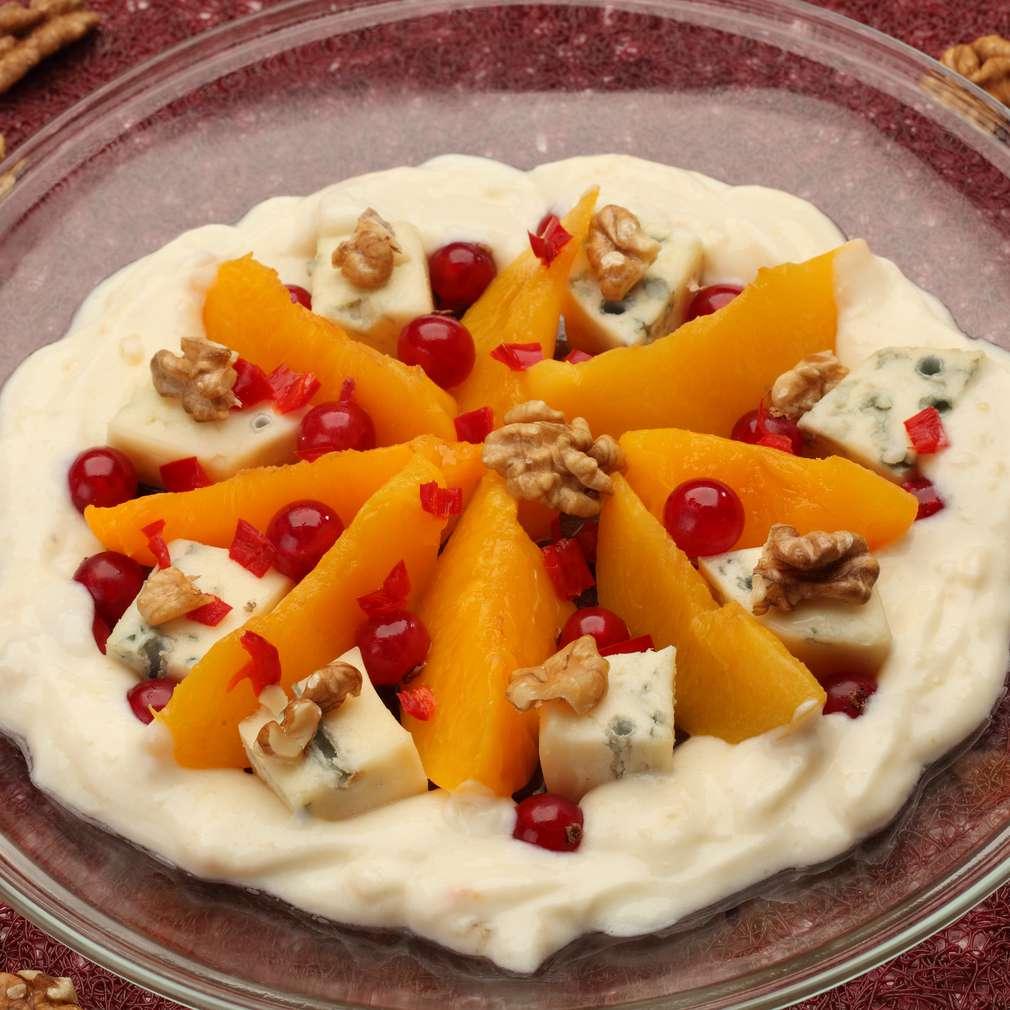 Zdjęcie przepisu Sałatka brzoskwiniowa z niebieskim serem