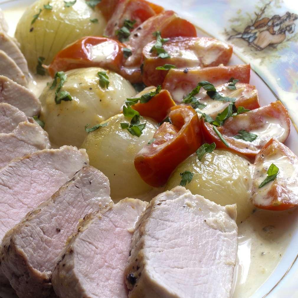 Zdjęcie przepisu Polędwiczki wieprzowe z pomidorami i cebulką