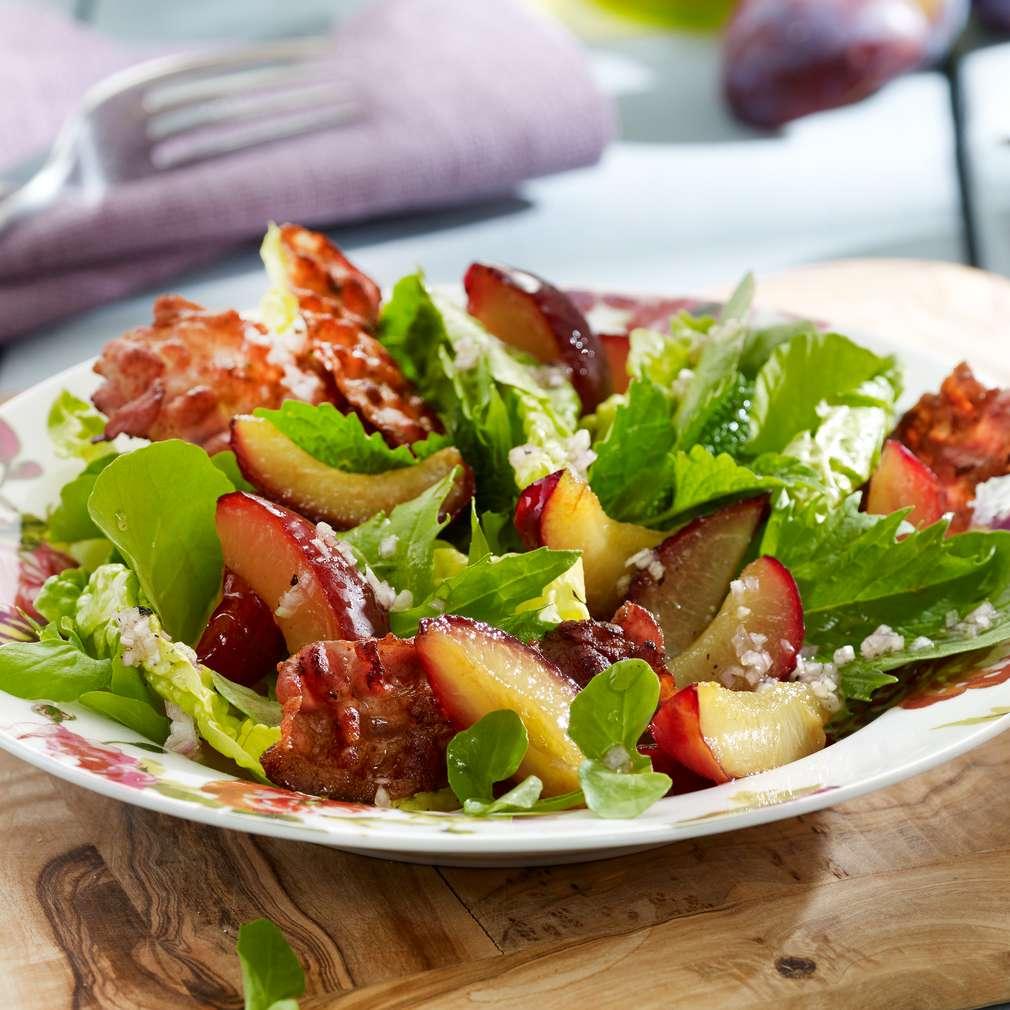 Abbildung des Rezepts Bunter Salat mit karamellisierten Zwetschgen und Baconchips