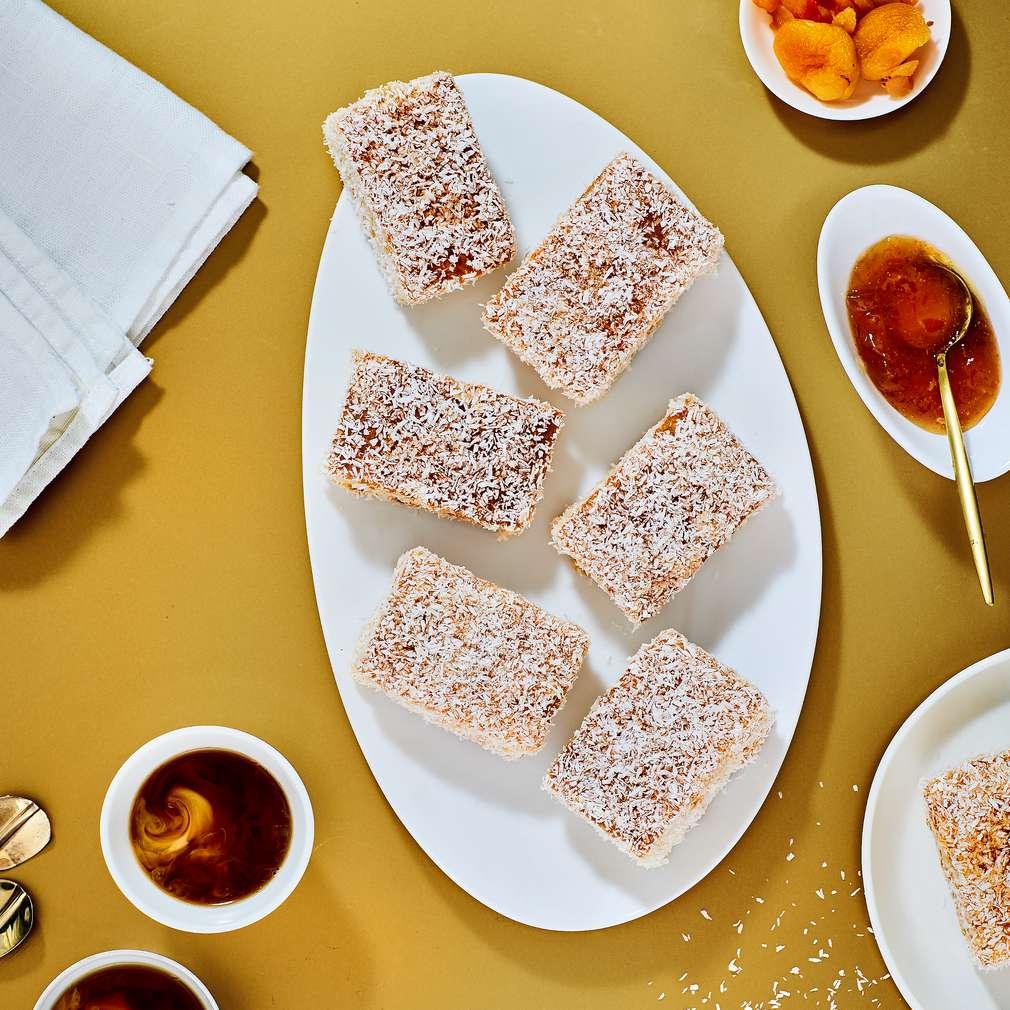 Imaginea rețetei Prăjitură tăvălită în cocos cu caise (lamington)