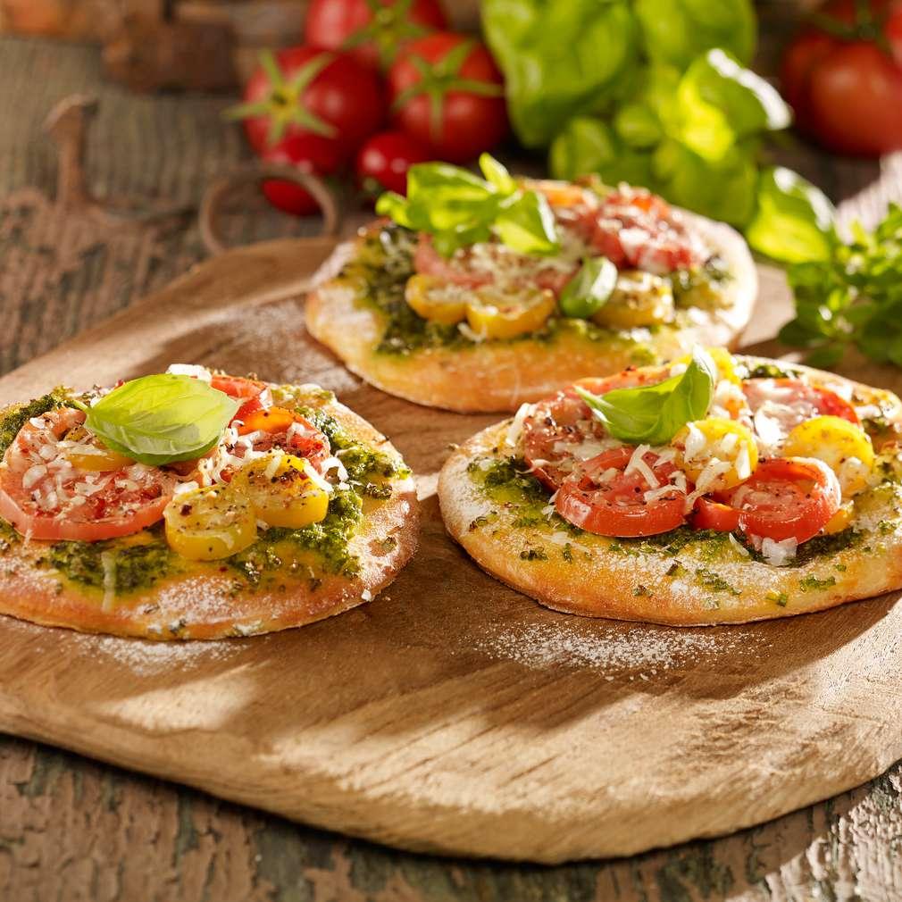 Zdjęcie przepisu Małe pizze ziołowe z pomidorami