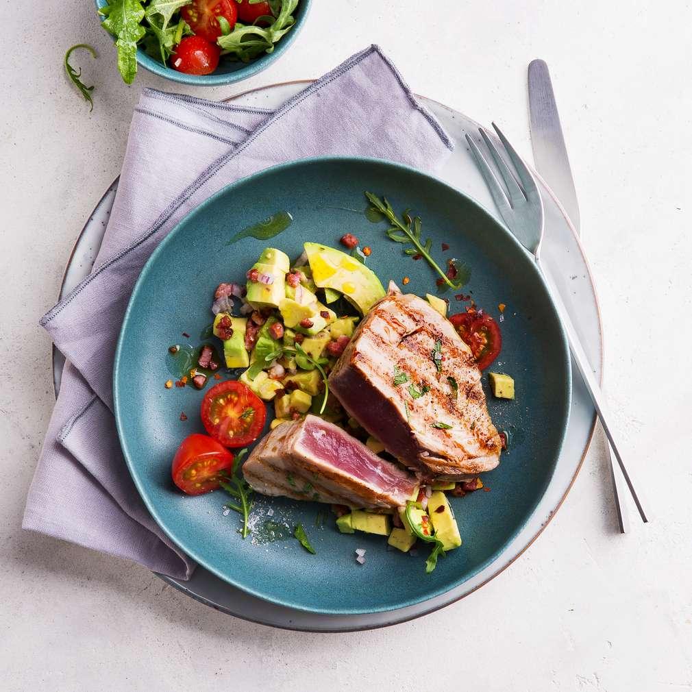 Abbildung des Rezepts Gegrillte Thunfischsteaks mit Avocado-Salsa