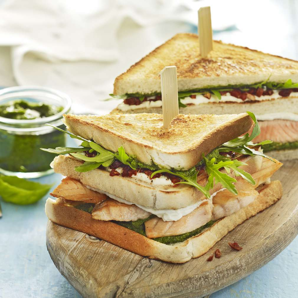 Abbildung des Rezepts Pesto-Sandwich mit gebratenem Wildlachs