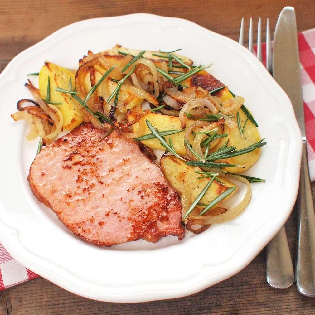 Zobrazit Uzené maso s pečenými bramborami a cibulkou receptů