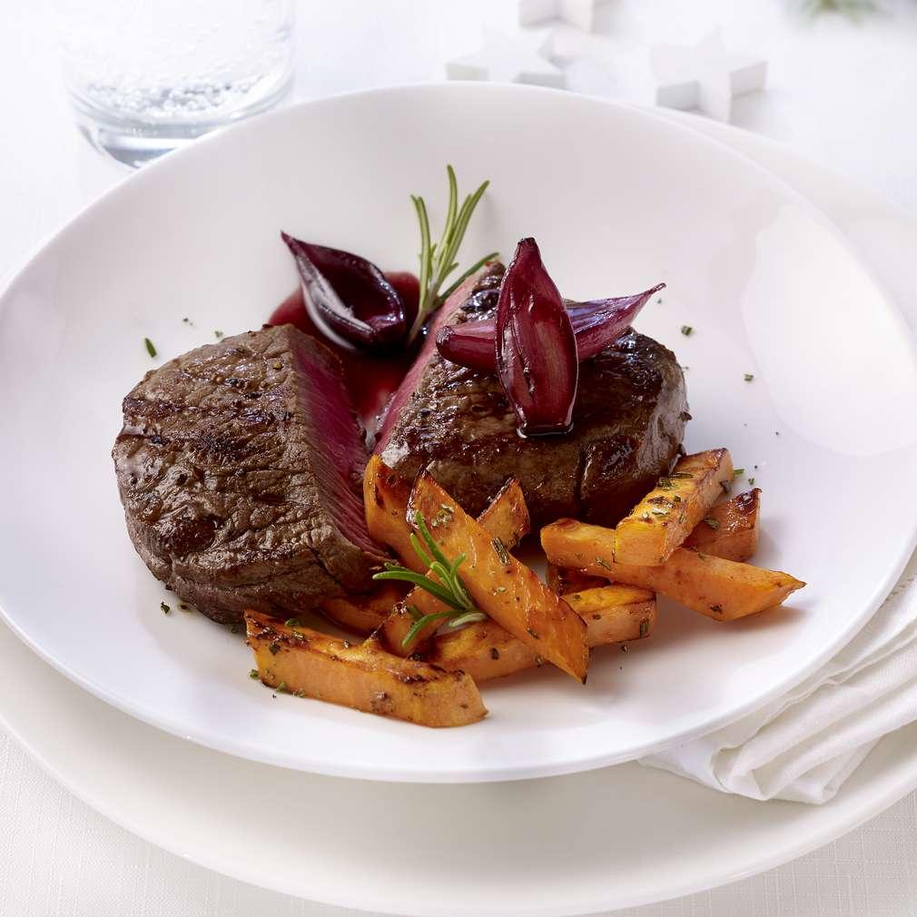 Zdjęcie przepisu Stek wołowy z rozmarynowymi frytkami ze słodkich ziemniaków