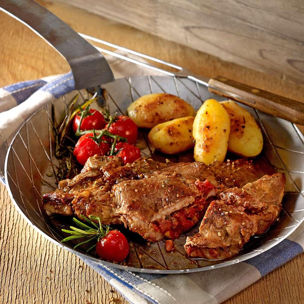 Imaginea rețetei Cotlet grecesc cu rozmarin, umplut cu măsline și roșii