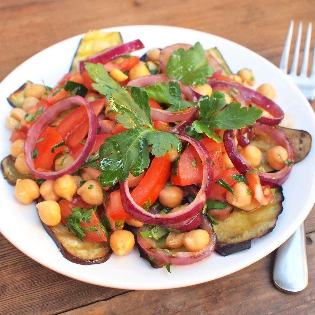 Zobrazit Cizrna s grilovaným lilkem a rajčaty receptů
