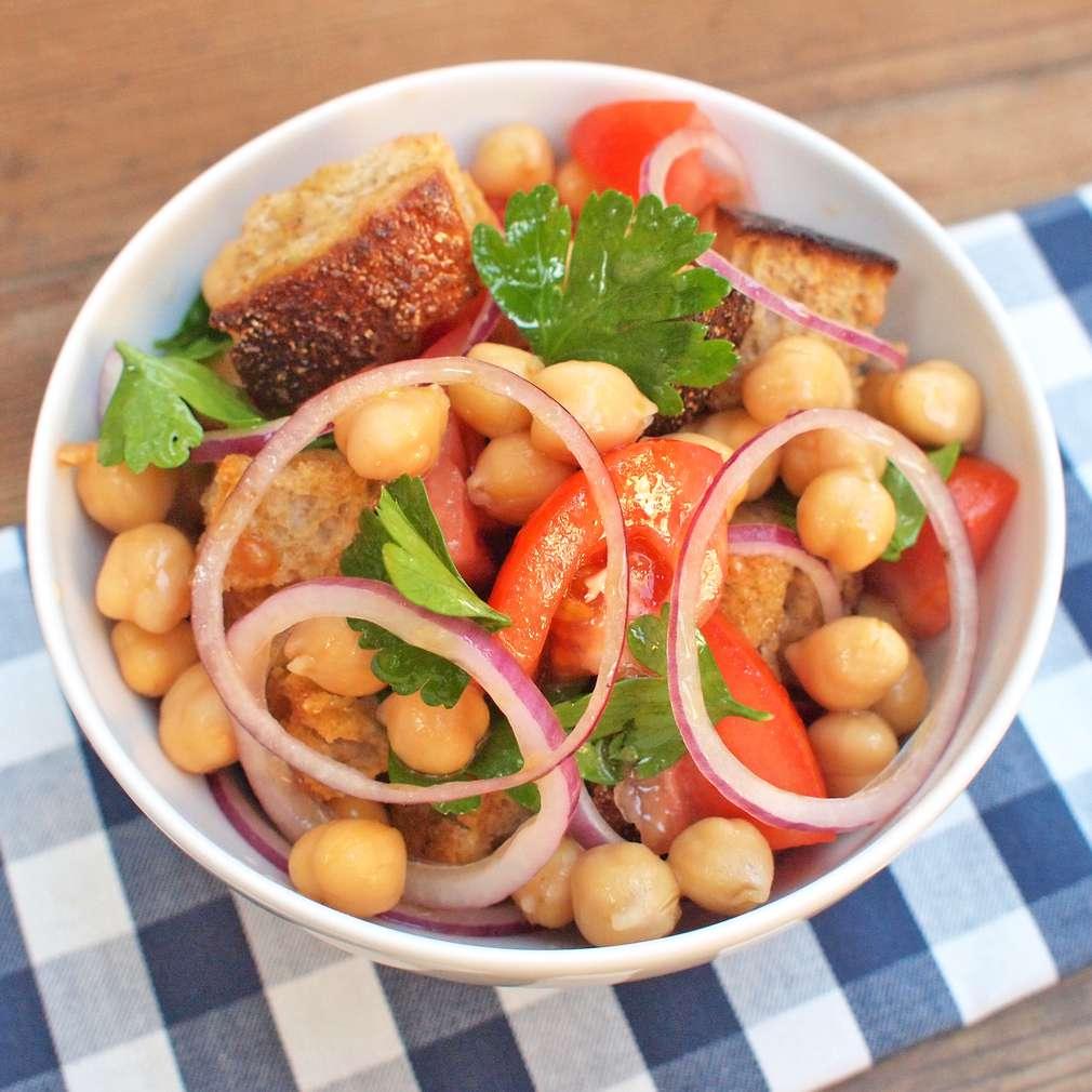 Zobrazit Cizrnový salát s chlebovými kostkami receptů