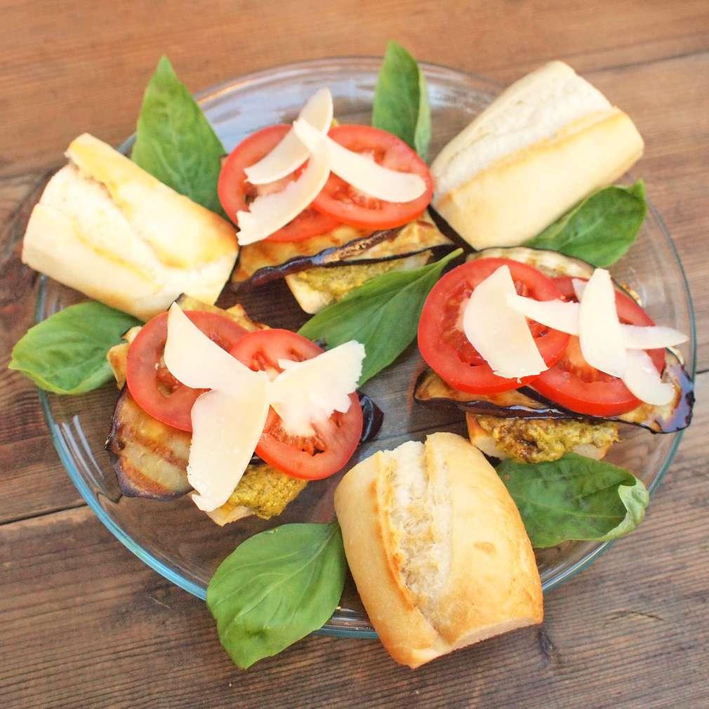 Zobrazit Sendvič s grilovaným lilkem a rajčaty receptů