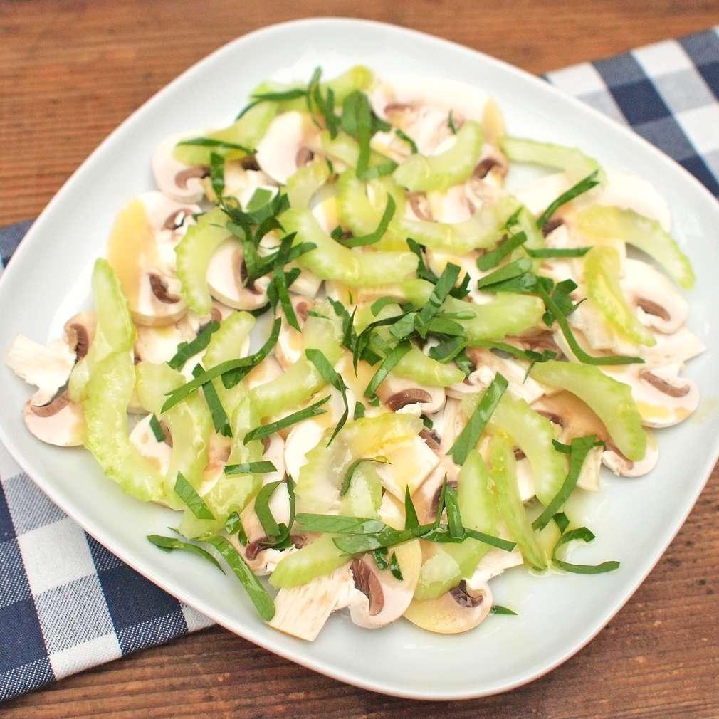 Zobrazit Žampionový salát s řapíkatým celerem receptů