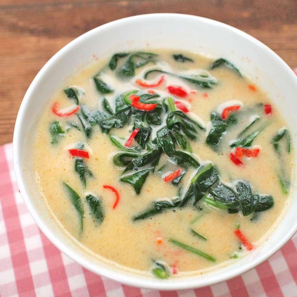 Zobrazit Špenátová polévka s kokosovým mlékem a chilli receptů