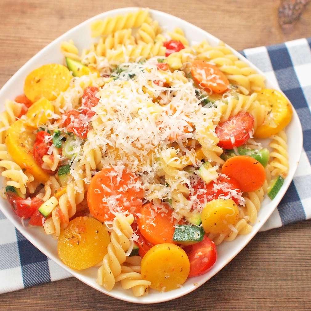 Zobrazit Těstoviny s jarní zeleninou na másle receptů