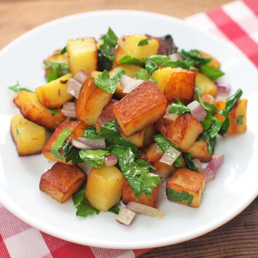 Zobrazit Pečené bramborové kostky s petrželovým salátem receptů