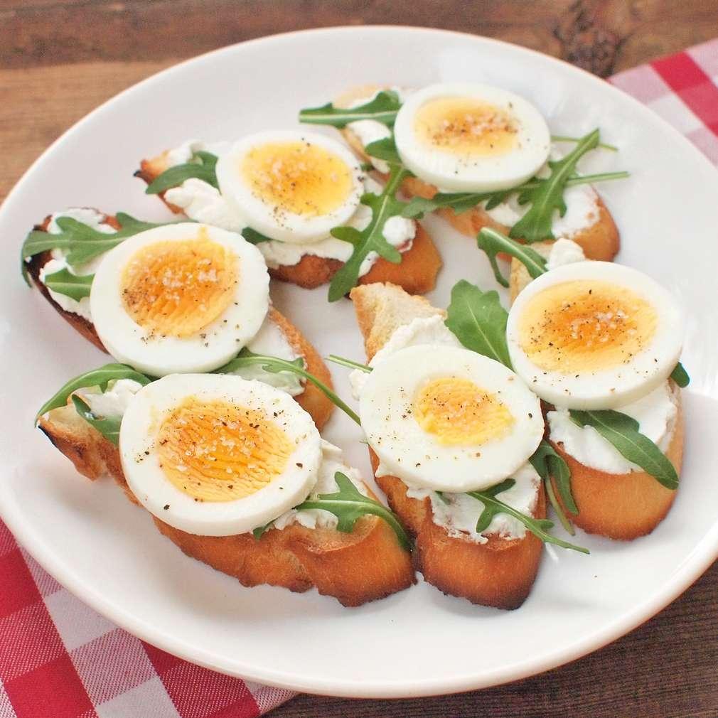 Křupavý chléb s rukolou a vejci