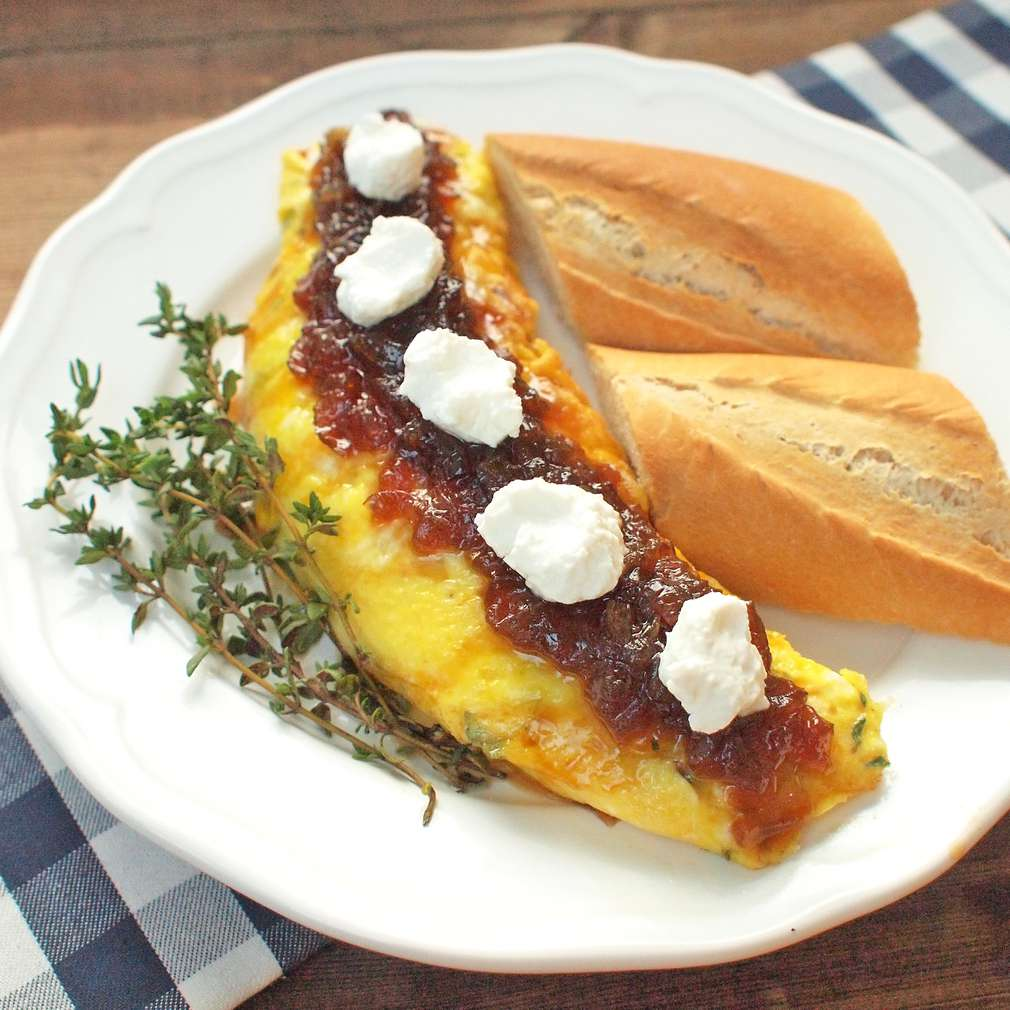 Zobrazit Tymiánová omeleta s kozím sýrem a karamelizovanou cibulí receptů