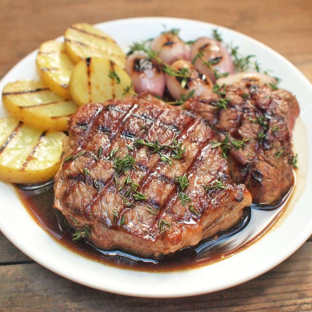 Zobrazit Grilovaný hovězí steak na tymiánu se šalotkou receptů