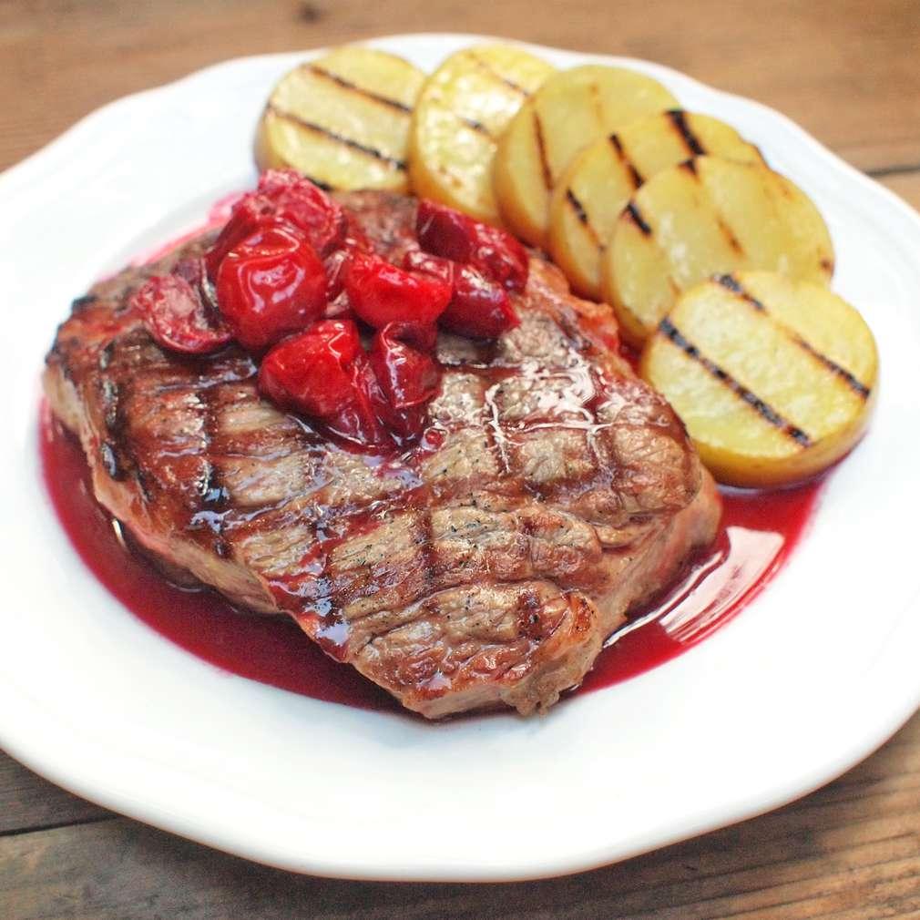Zobrazit Grilovaný hovězí steak s višněmi receptů