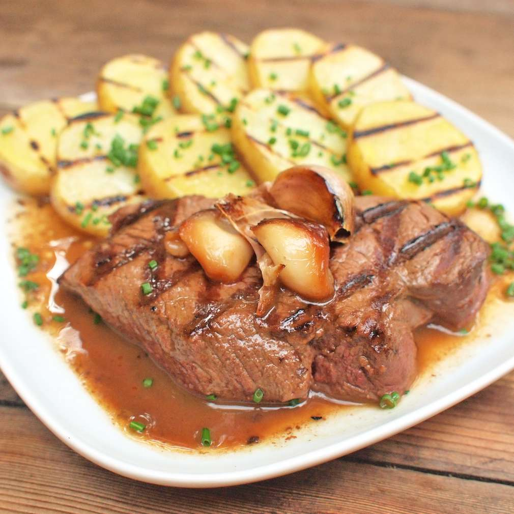 Hovězí steaky s pečeným česnekem