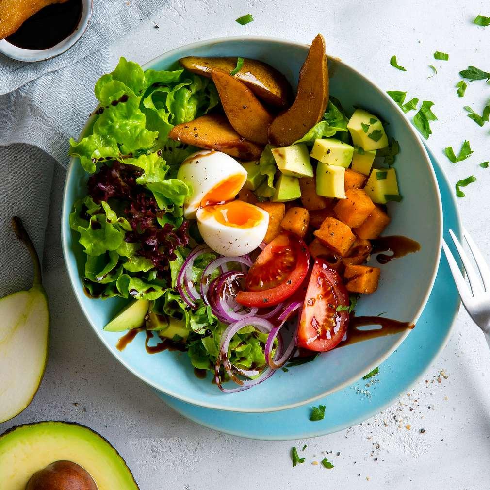 Abbildung des Rezepts Salat-Bowl mit Süßkartoffeln und Balsamico-Birnen