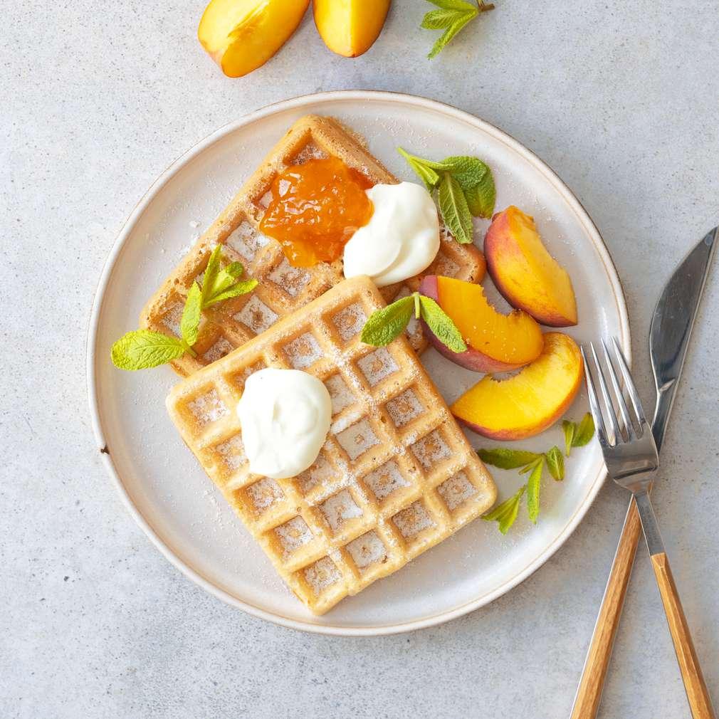 Zobrazit Vafle s meruňkovou marmeládou a broskvemi receptů