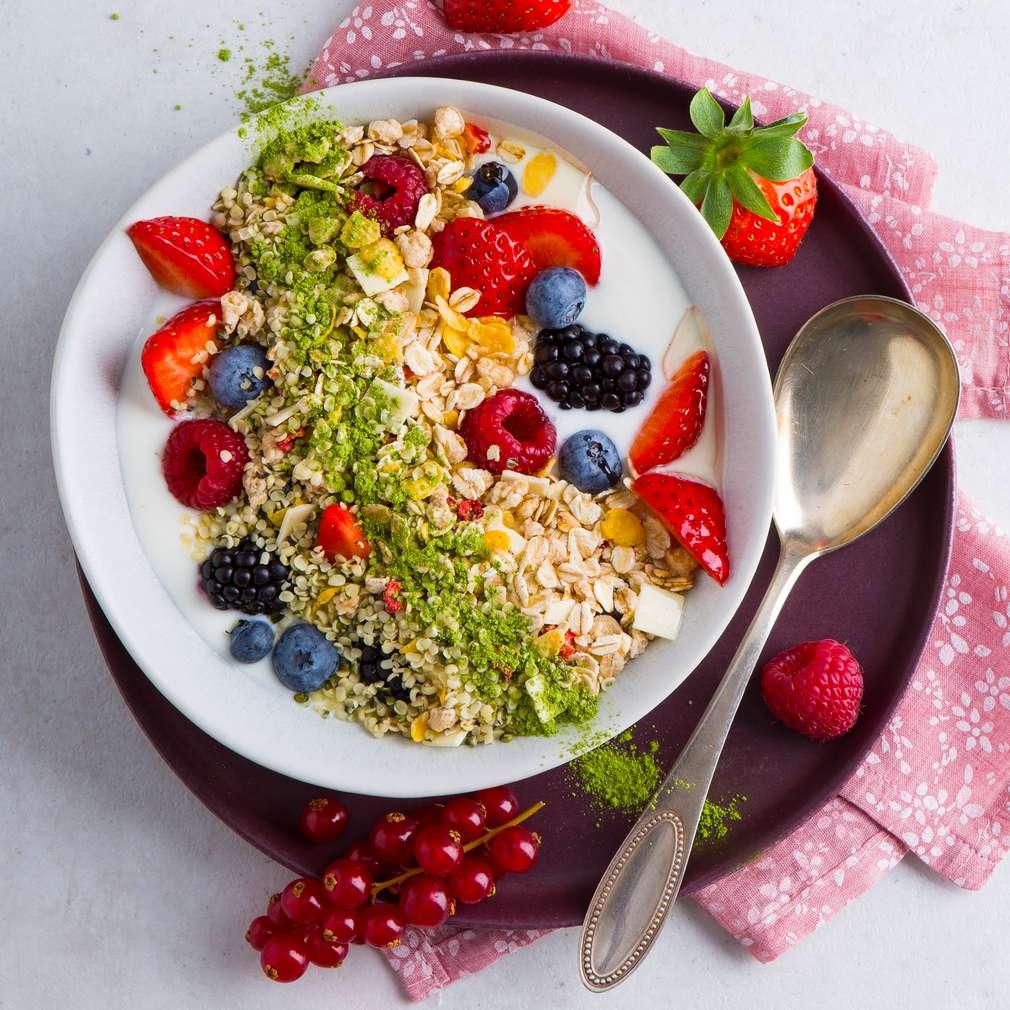Zdjęcie przepisu Musli z owocami jagodowymi i herbatą matcha
