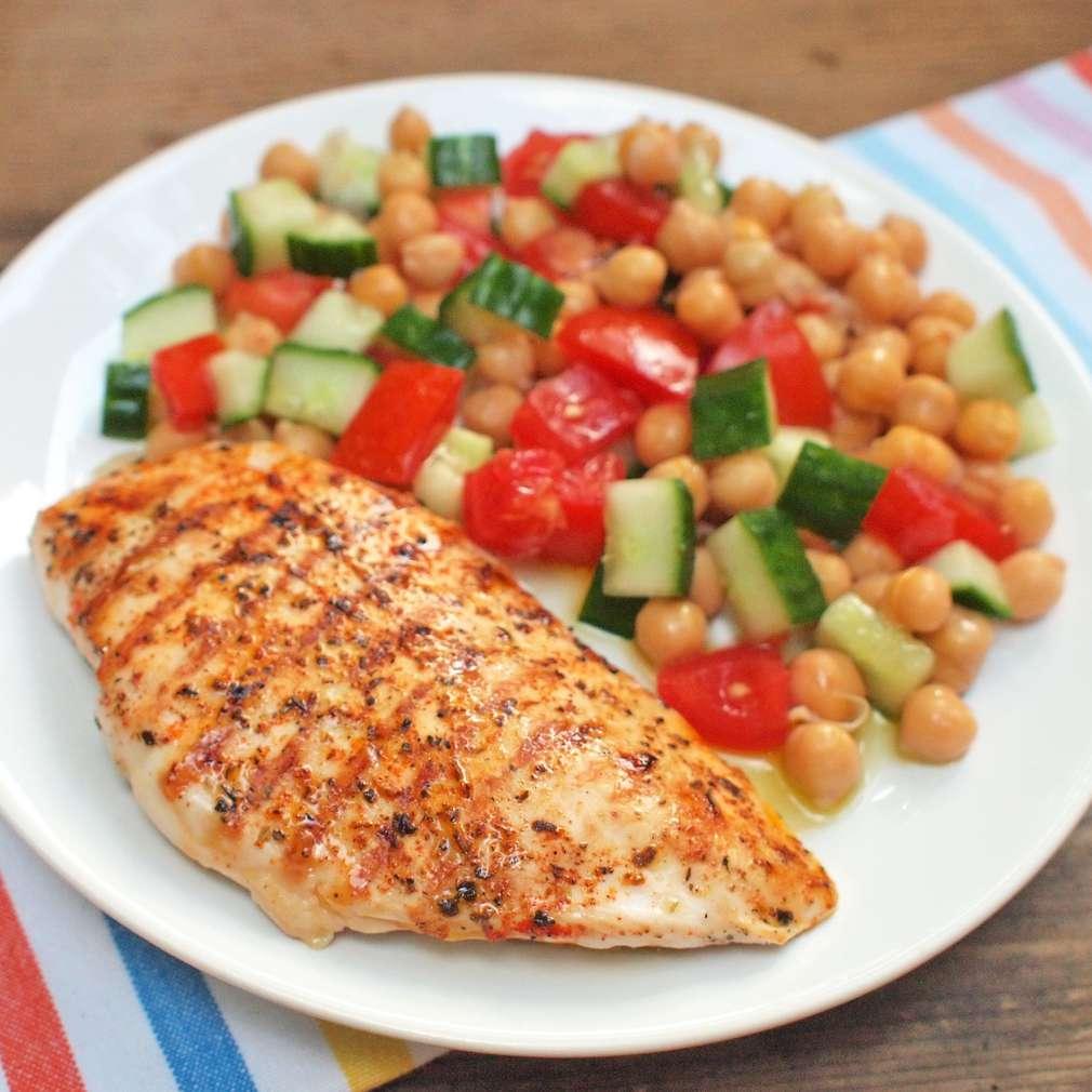 Zobrazit Grilovaná kuřecí prsa s cizrnovým salátem receptů