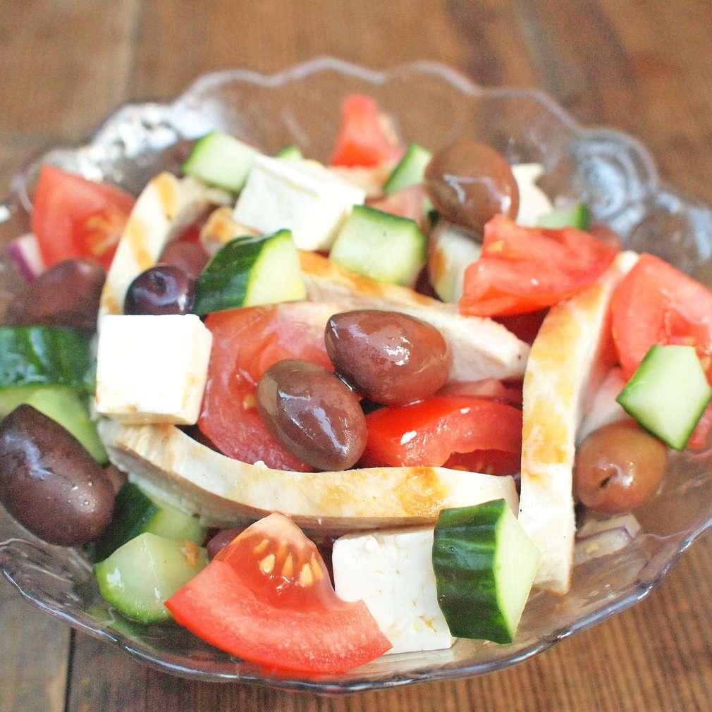Zobrazit Řecký salát s grilovaným kuřetem receptů