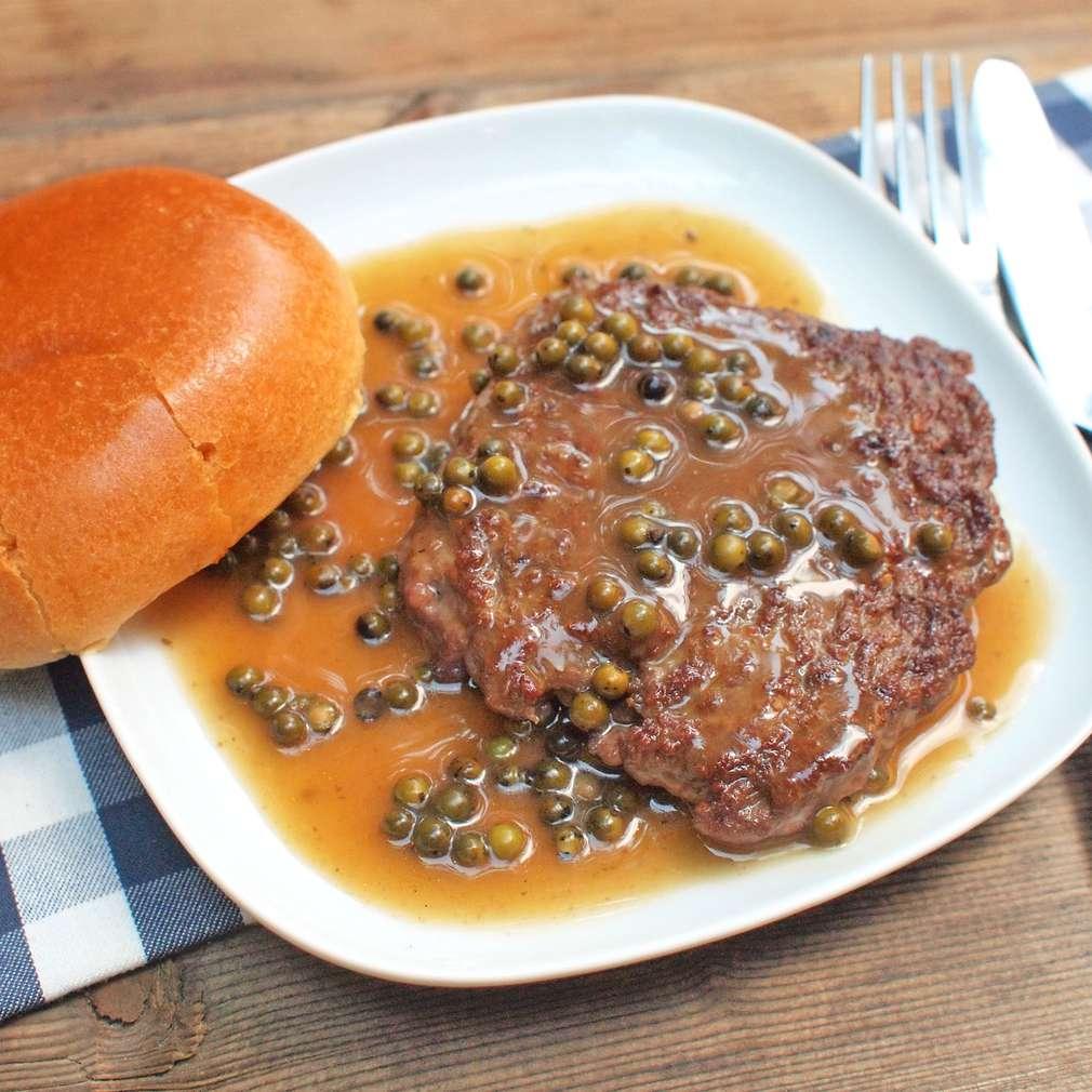 Zobrazit Grilovaný sekaný steak s pepřovou omáčkou receptů